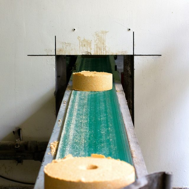 how does a conveyor system work